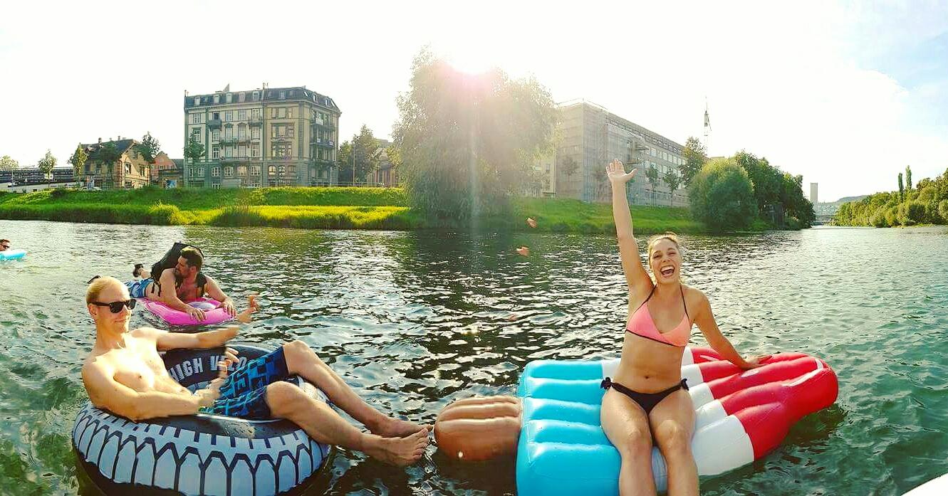 Nadando en los ríos de Zurich después de la oficina