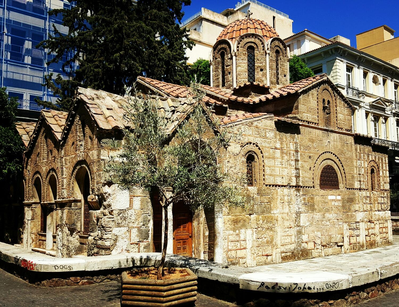 Iglesia en medio de zona comercial en Atenas