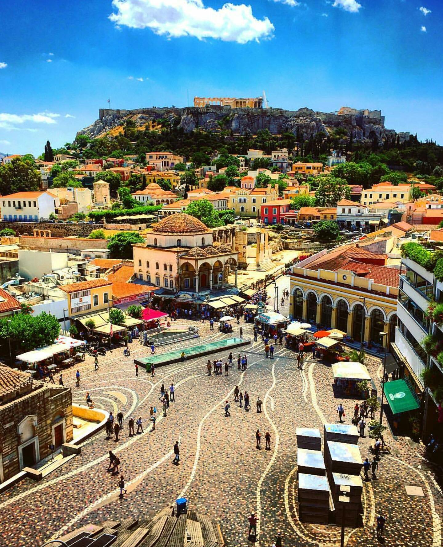 Vista de la plaza Monastiraki y la Acrópolis desde A for Athens