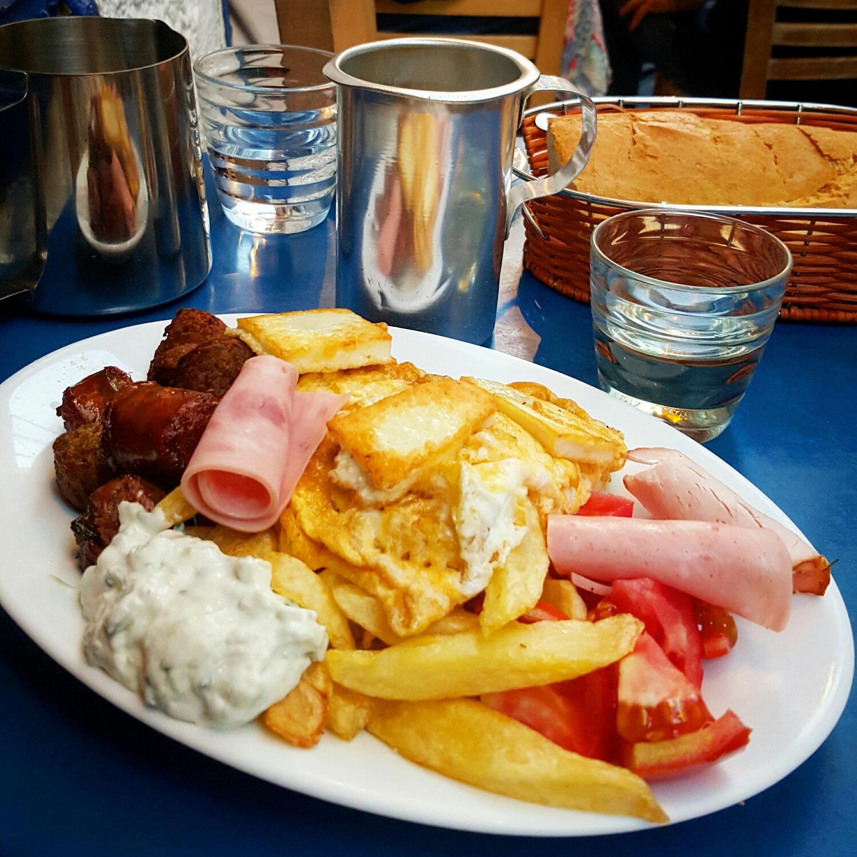 Platillo mixto de comida griega en Avli: The Yard