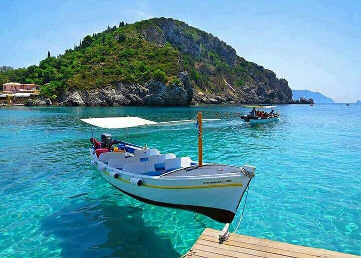 Bote que parece que flota en una playa en Corfú, Grecia