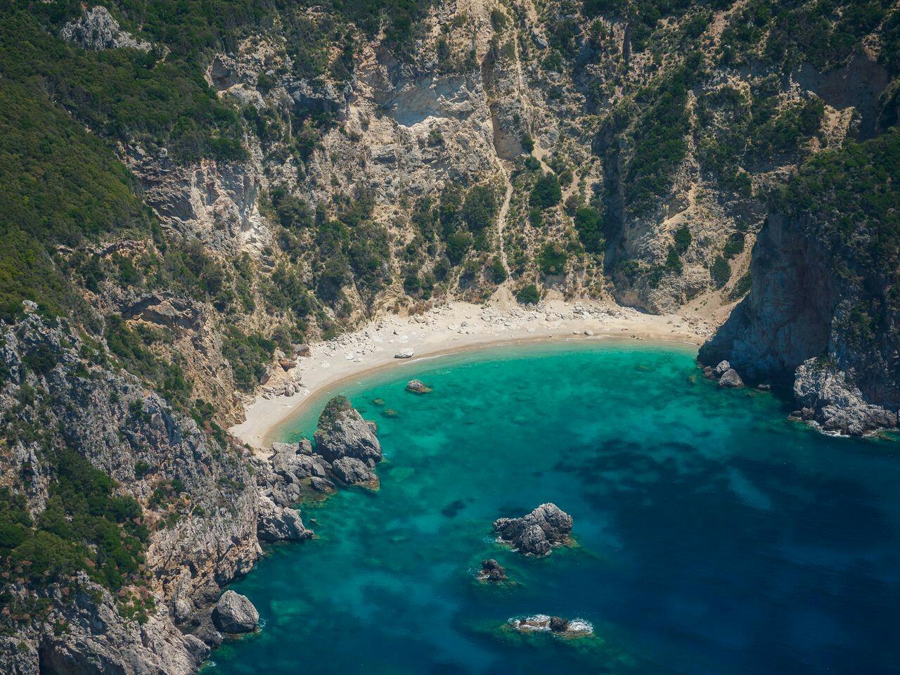 Playa accesible solo en bote, Corfú