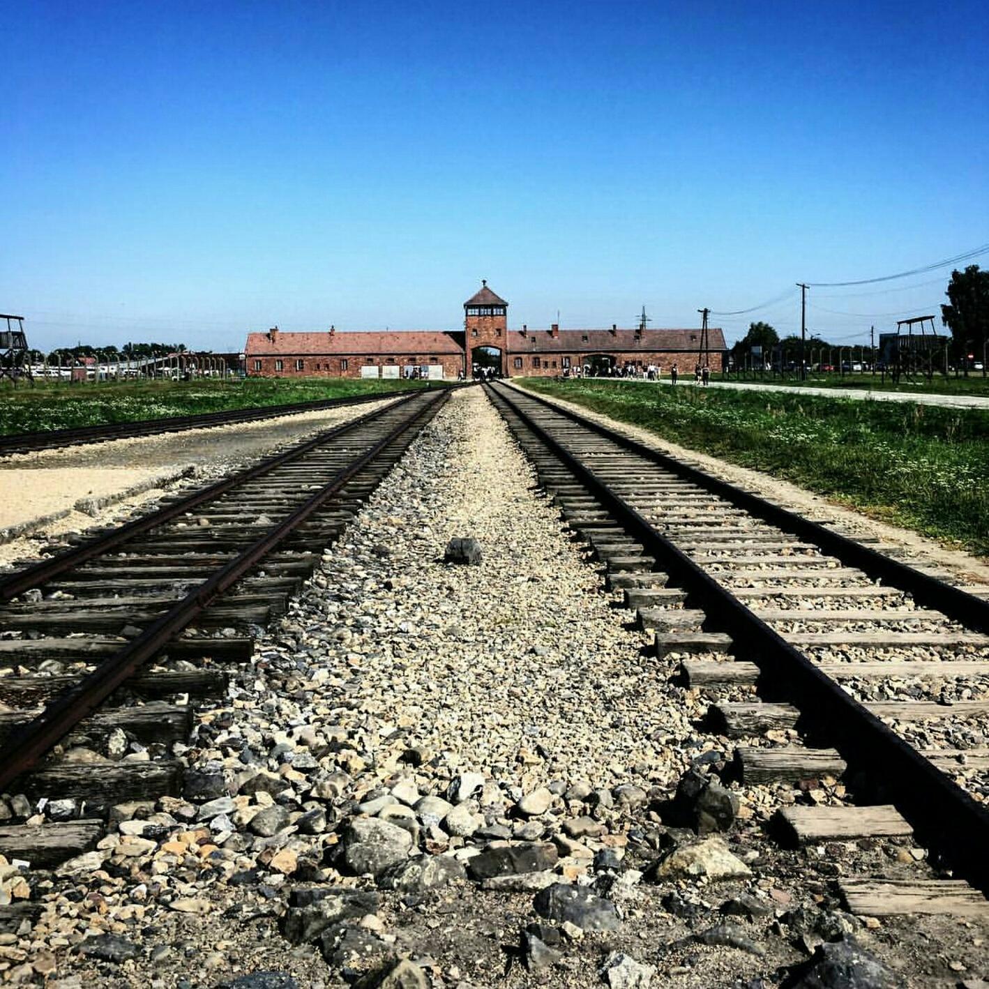 Entrada de trenes a Auschwitz II donde se encontraban las cámaras de gas