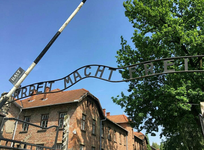 Arbeit Macht Frei o el Trabajo Libera, frase a la entrada de Auschwitz