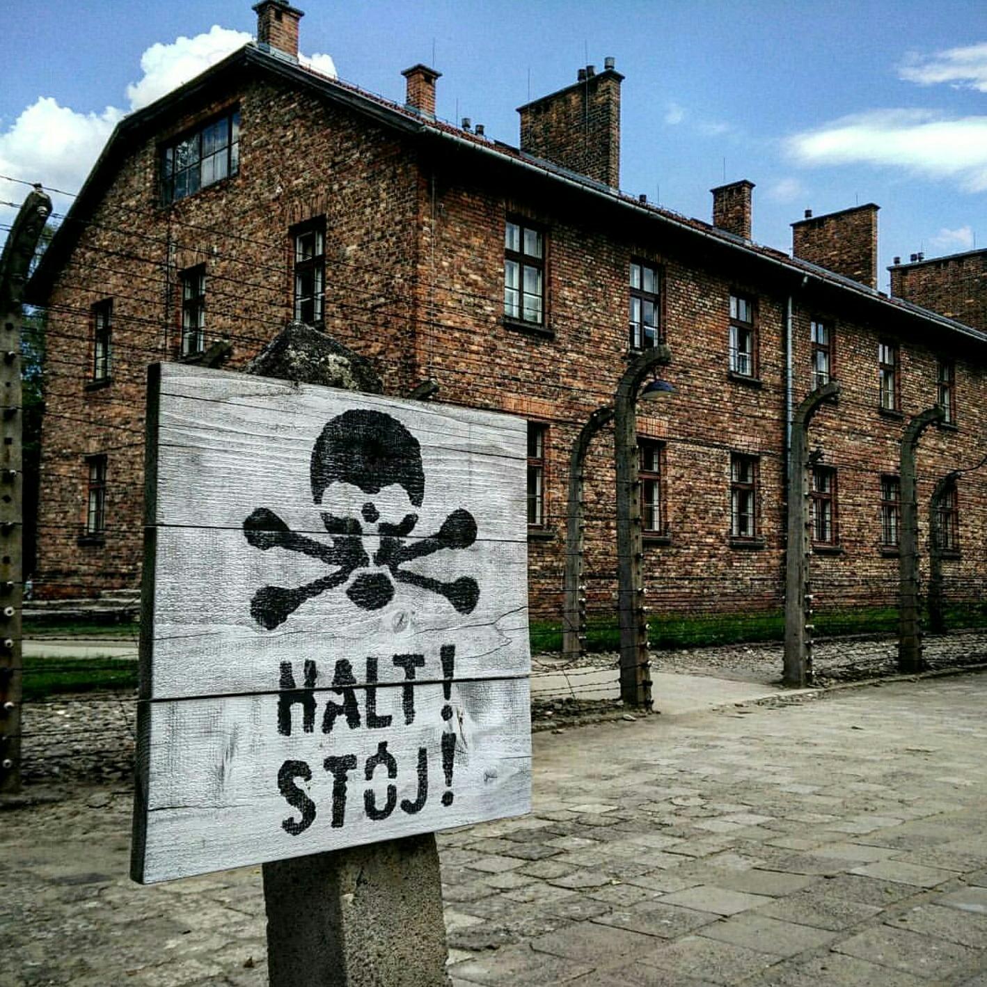 Cercas electrificadas en el campo de concentración una via de suicidio muy común durante el holocausto