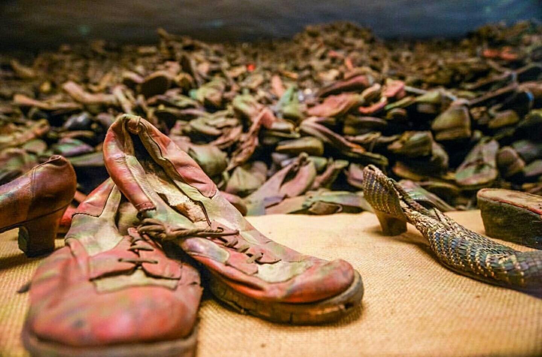 En el museo de Auschwitz se cuenta con zapatos, maletas y otro objetos que pertenecieron a las millones de personas que llegaron al campo