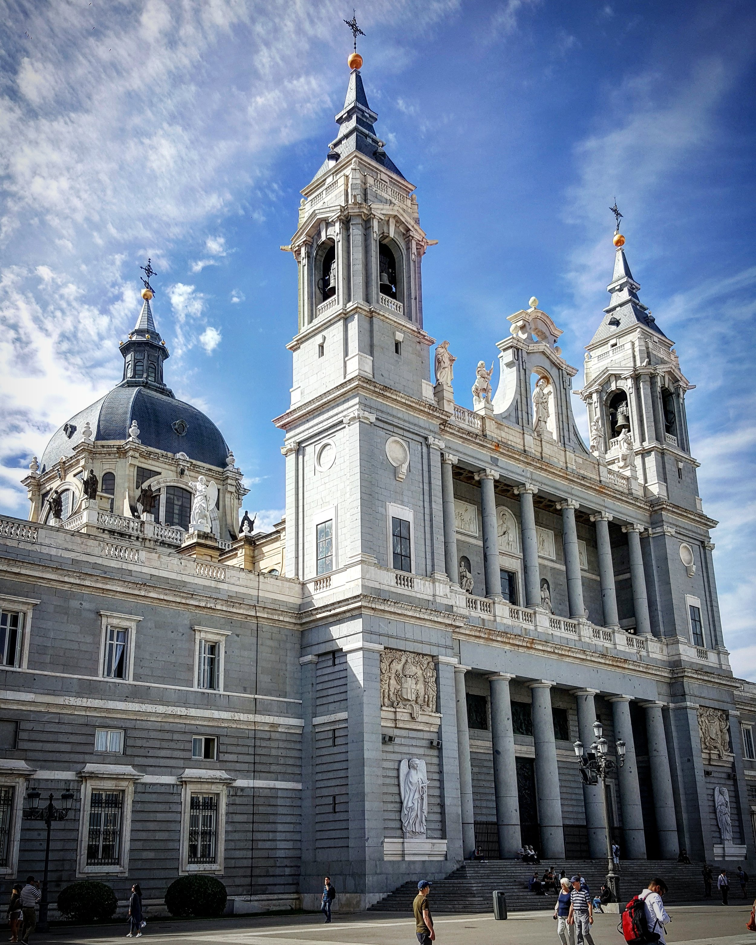 Catedral de la Almuneda frente al Palacio Real de Madrid