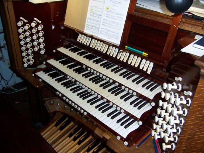 Glasgow University Memorial Chapel console.jpg
