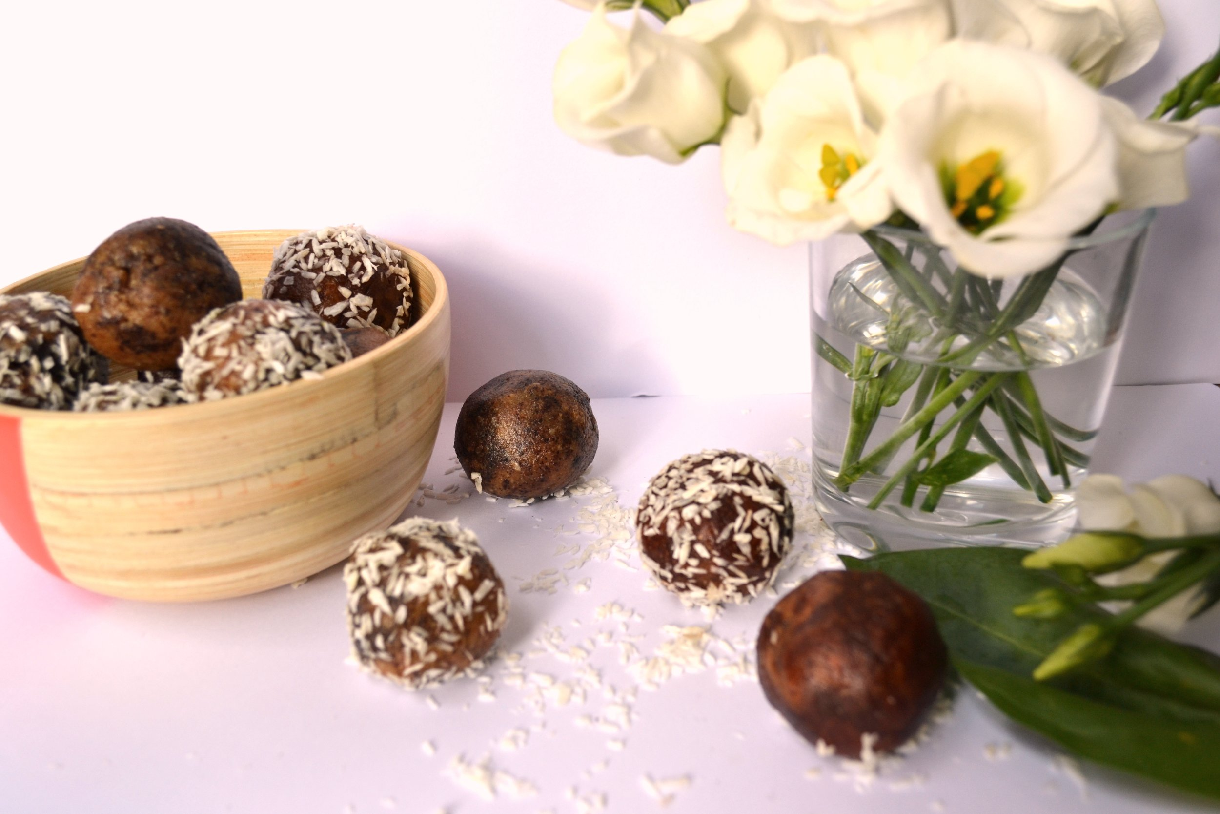 Acai and Cacao bliss balls | The Flourishing Pantry | Yeast free diet