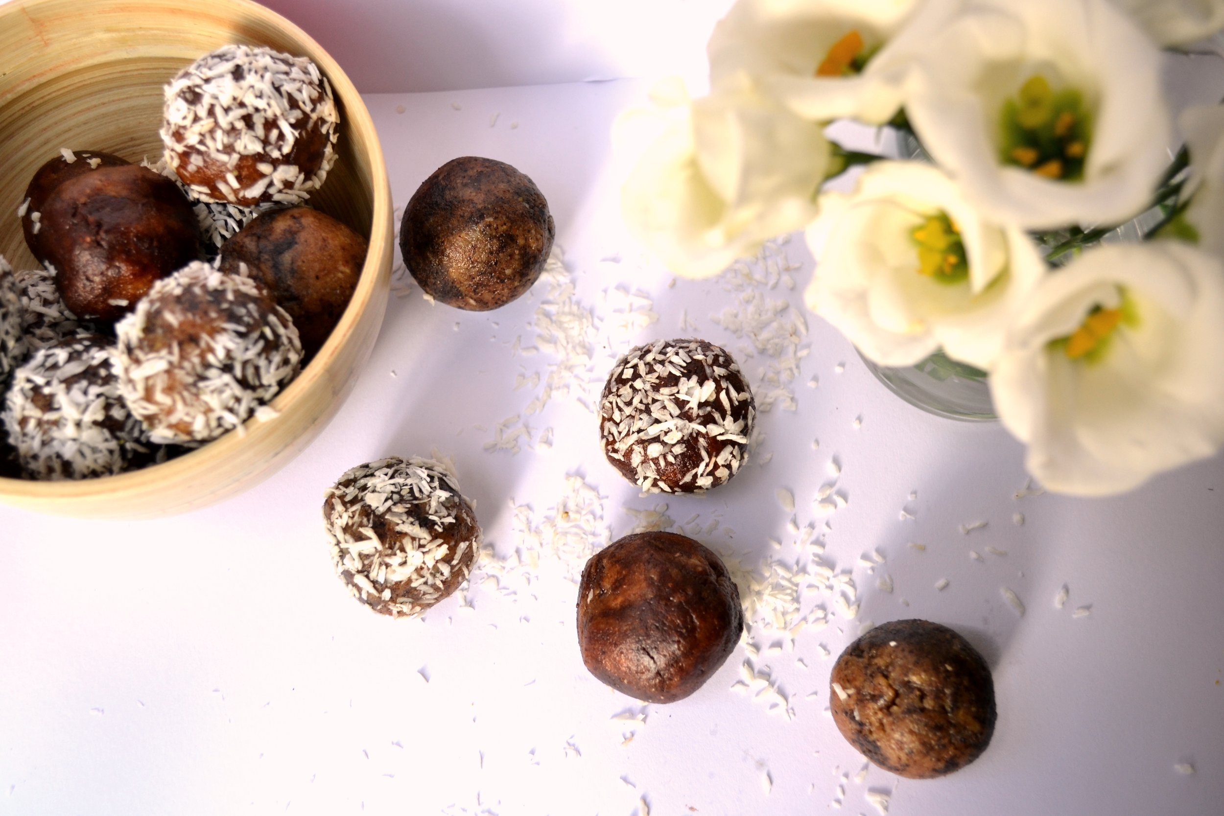 Acai and cacao balls | The Flourishing Pantry | yeast free diet