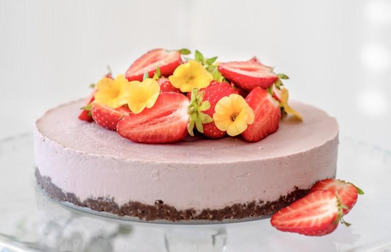Strawberry cashew cheesecake recipe | The Flourishing Pantry