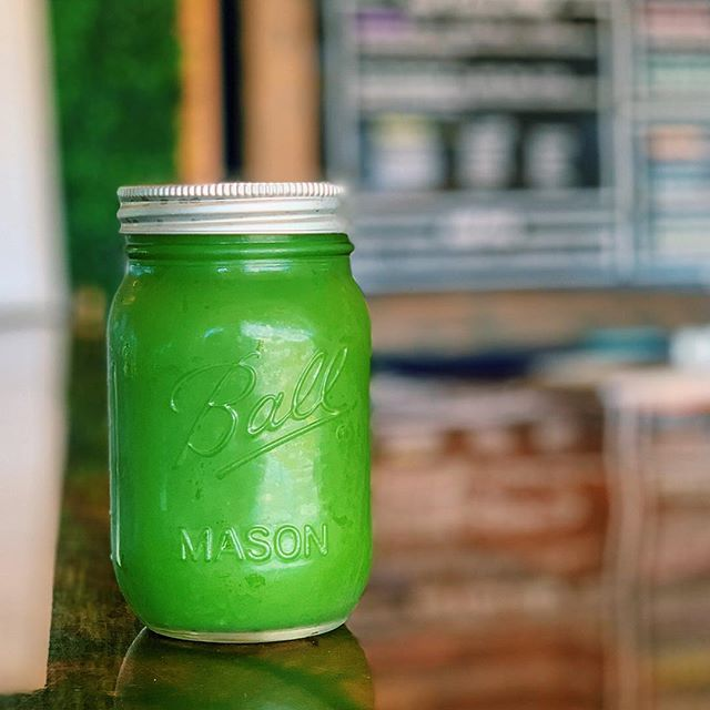 How about a sweet green juice to fuel your day!! Packed with kale, celery, cucumber, apple, lemon and ginger 🥒🍎🥬 #kale #greenjuice #jard #northshore #hawaii #haleiwa