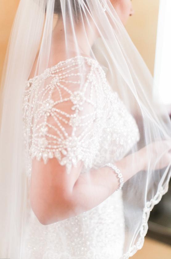 Beautiful lace veil I www.avenueievents.com.png