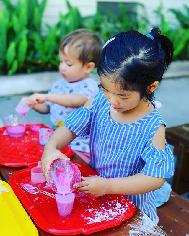MIX MASTERS ALERT 🚨🎨 swipe to see the 3's class exploring color on their first day of art studio. #preschool #reggioinspired #art #artoutdoors #colors #exploration