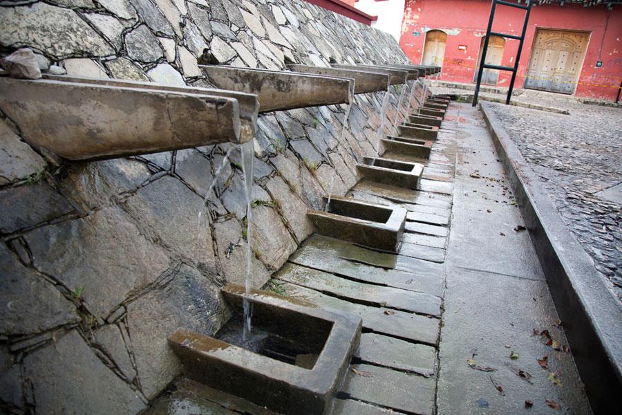 La Pila, al lado de la plaza. La leyenda es que los primeros pobladores de Comitán encontraron un puma saciendo su sed en el manantial, y decidieron fundar su pueblo en el sitio.