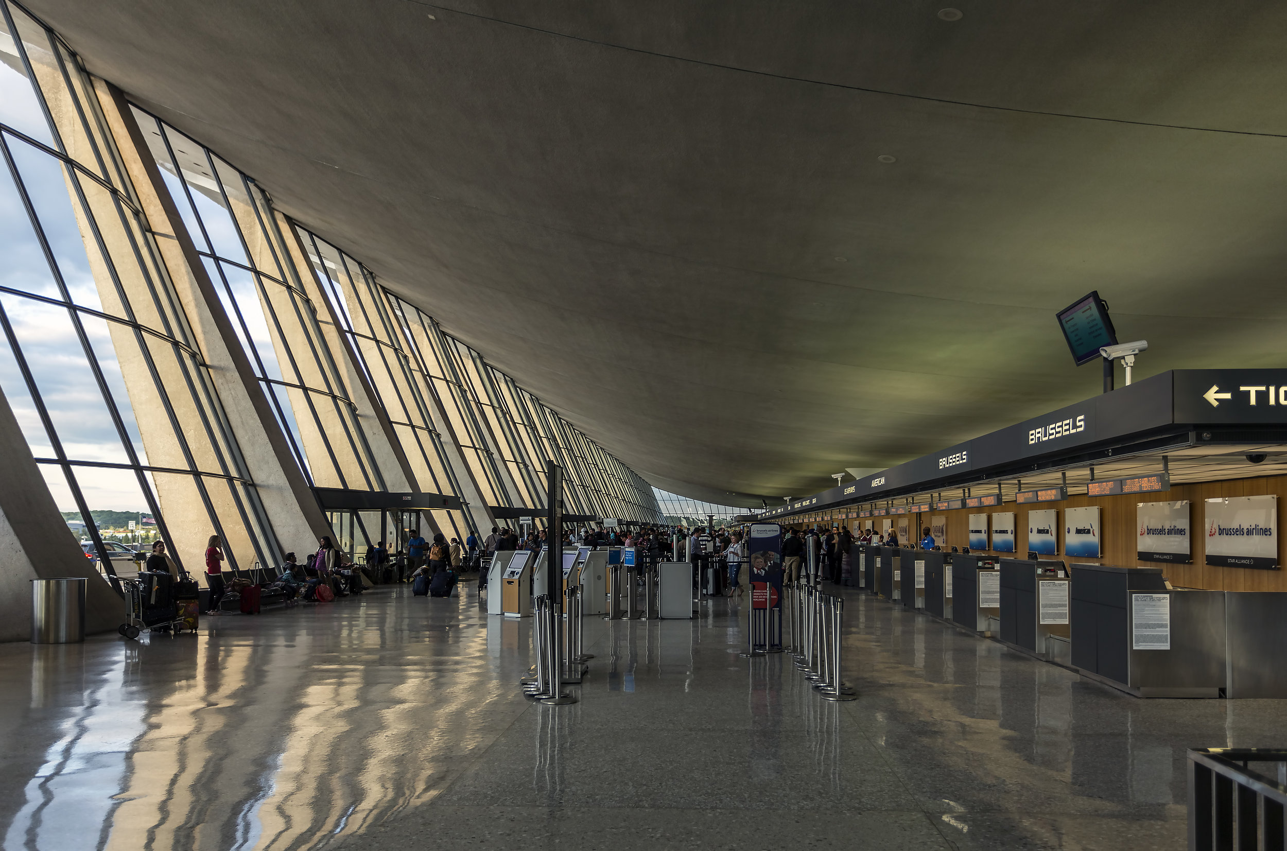 Dulles terminal interior. ( Photo by Acroterion , via Wikimedia Commons,CC BY-SA 3.0)