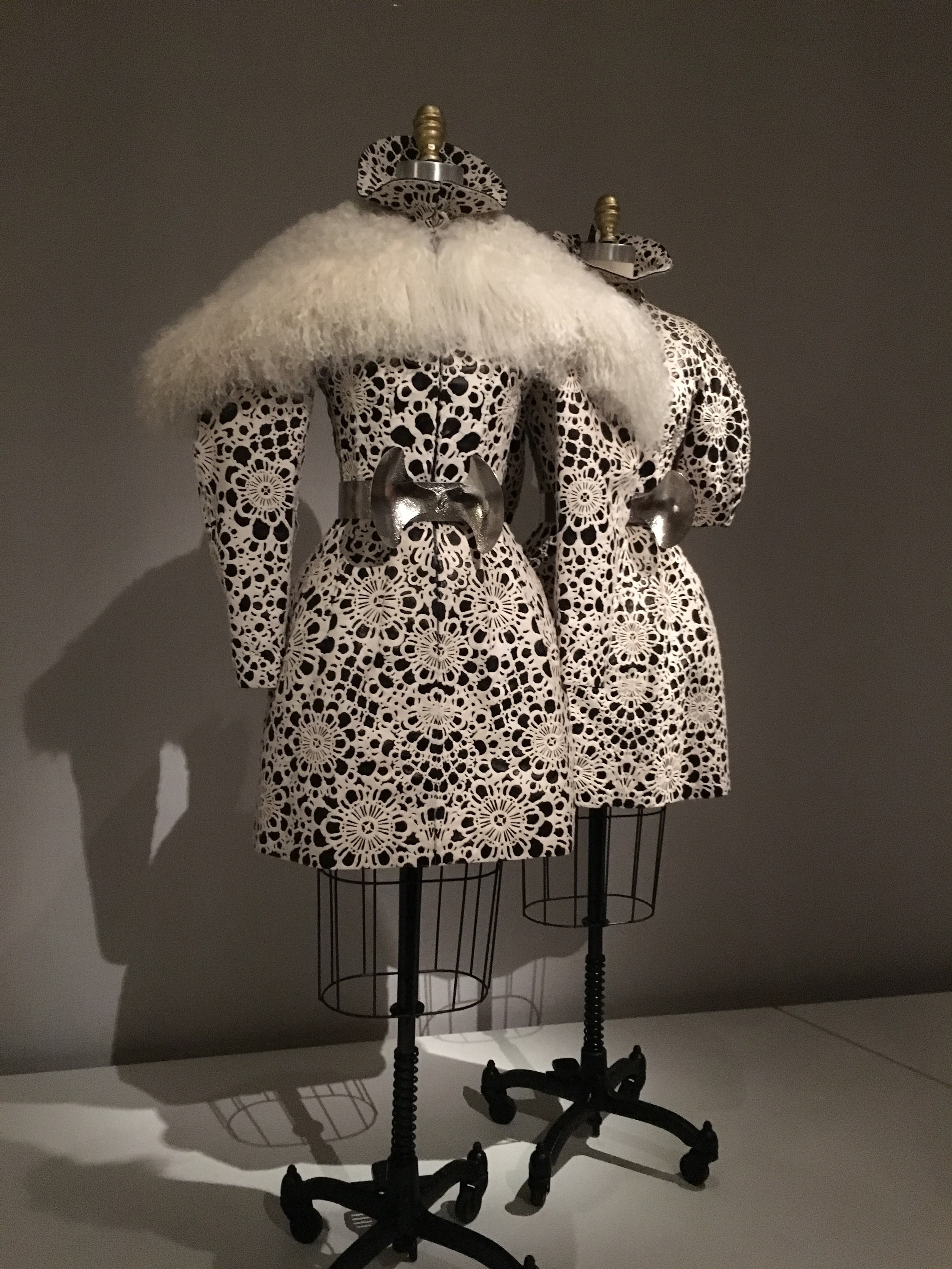 Alexander McQueen  Sarah Burton  AW 2012/201, prêt-à-porter  Laser-cut white pony skin bonded to black leather, machine-sewn and hand-finished with Mongolian wool