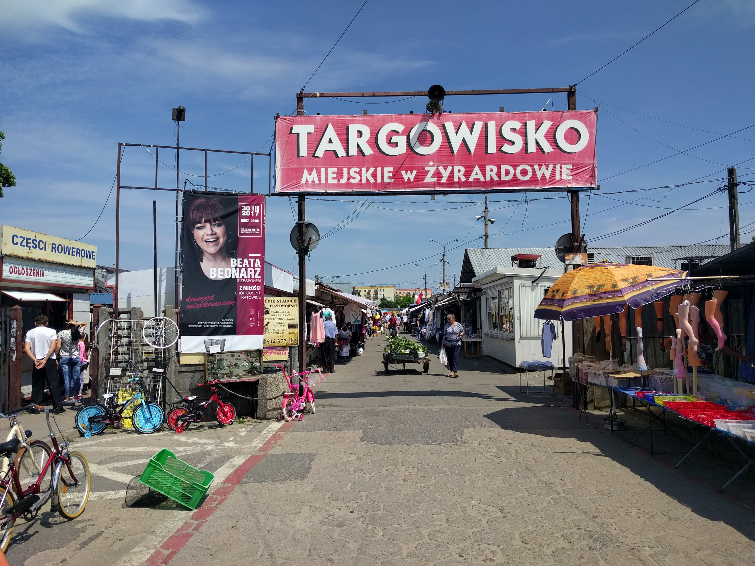 A throwback to Poland before malls became a thing...Żyrardów's Sunday market.