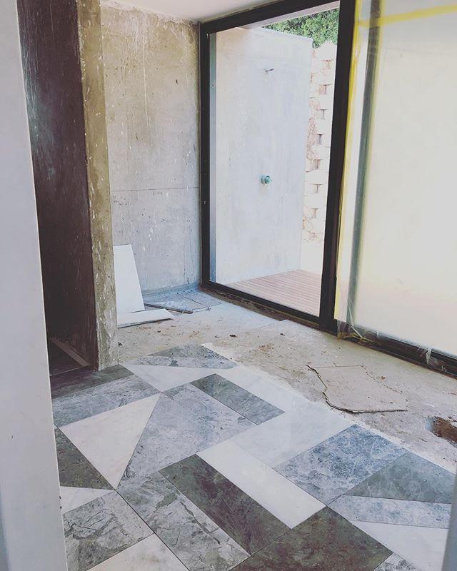 #sitevisit #bathroomflooring going down 🙌🏻 . . . #studiomitchell #studiomitchellinteriors #interiordesign #interiordesigner #geometricfloor #marble #marblefloors #dunkirkestate #kellywearstlerinspiredfloors #dreamfloor