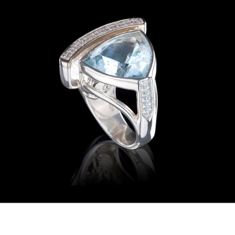 An aquamarine from Madagascar is cupped by a crescent of diamond pavé. Set in 18K white gold on a 925 silver ring