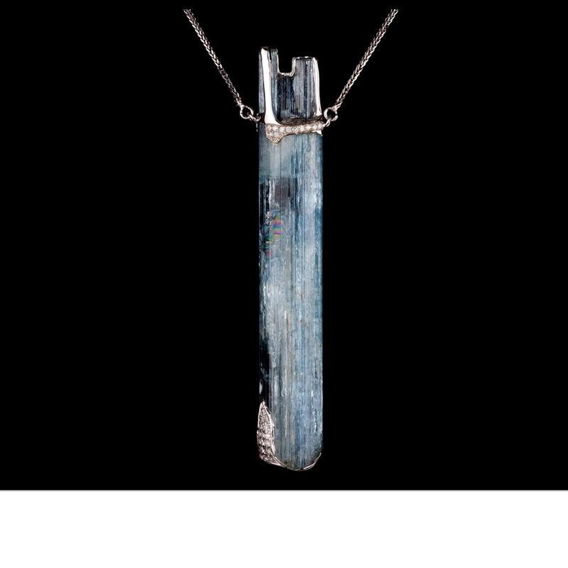 An elongated crystal of aquamarine from Madagascar is capped by diamond pavé set in 18K white gold, and suspended from a silver choker
