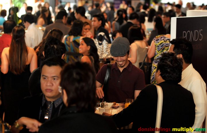 The+crowd+at+the+Godolphin+Ballroom+foyer+with+designer+Joey+Baluyot+at+the+foreground+(left).jpg