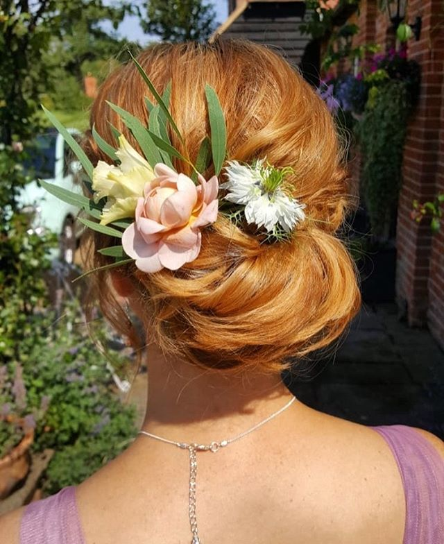 Brides and maids rocking their natural hair decs this summer #floralweddinghairpiece #naturalweddinghairupdos #floralhairstyle #floralhairstyleideas #bridetobesussex #sussexweddings #lewesweddings #weddingflorals #weddinghairflowers