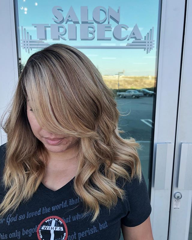 Second session blonde from dark red/brown by @desireerosillo * * * * * * * #colortransformation #ranchocucamonga #foilayage #babylights #blondebalayage #schwarzkopf #salonmagazine #citiesbesthairartists