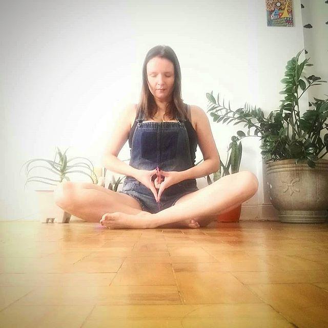 Participem do nosso Álbum usando o hashtag #YogaFlorDaVida em suas fotos de Yoga.  Adoramos acompanhar a prática de vocês!  Aqui, Telma Bodstein em Meditação com #Mudra.  Namastê, Telminha 🙏🌷 Grata por compartilhar seu caminho conosco!  @Regranned from @tel.bodstein -  YoniMudra  OMudraYonirepresentaentrar em contatocom a energia do poder, da fertilidade, e da capacidade de nutrir de cada mulher, ligada ao ciclo lunar e à substância sagrada da Mãe Lua. 🌹🌚🌙💞 #yogaterapia #yoga #mudras #yonimudra #yoni #yogaflordavida #sagradofeminino #endofighter #endometriose  www.yogaflordavida.com 📞(19) 98122 5506  Rua Artur Bernardes, 345 Nova Campinas Campinas - SP