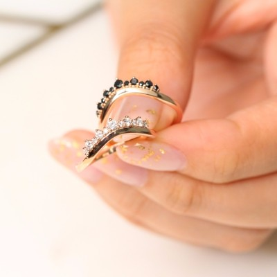 These crown diamond wedding rings have that royal kind of respect.    La More Design