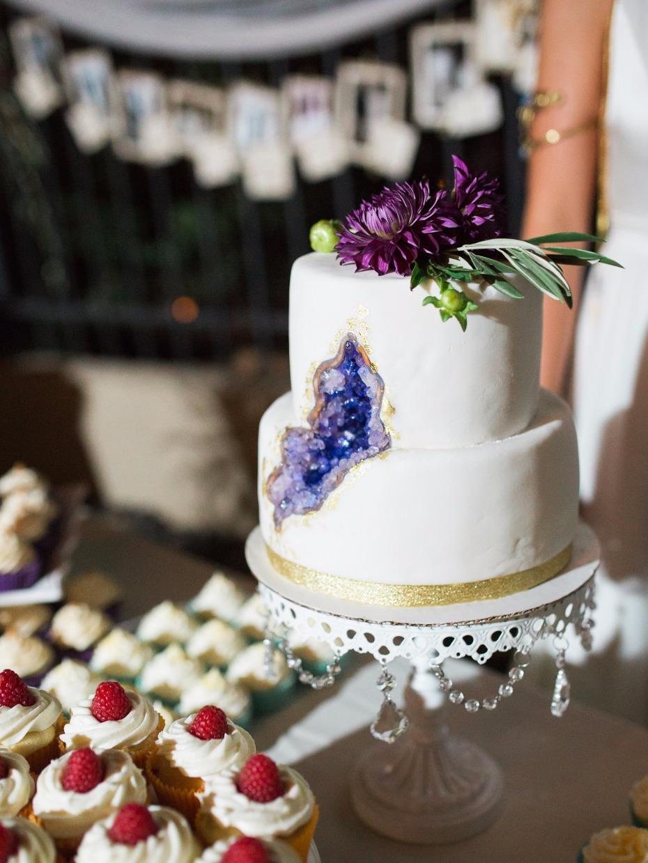 white chandelier cake stand-629473_thislatesummerweddingisjustdownrightbadass100.jpg