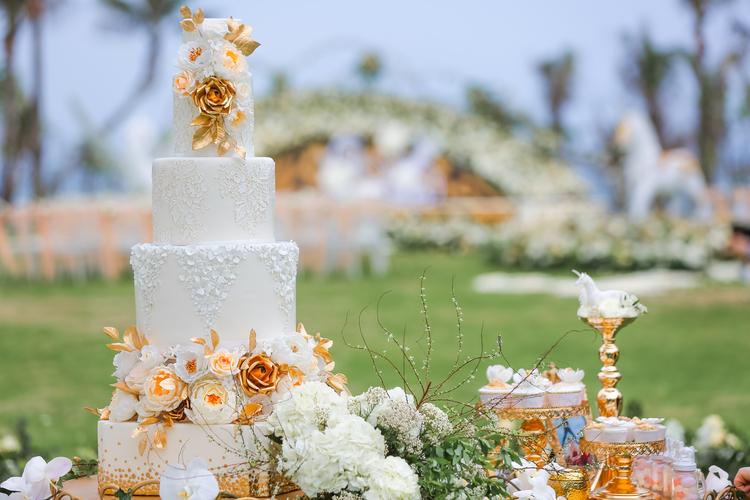unicorn-themed-wedding_shiny-gold-cakestands.jpg