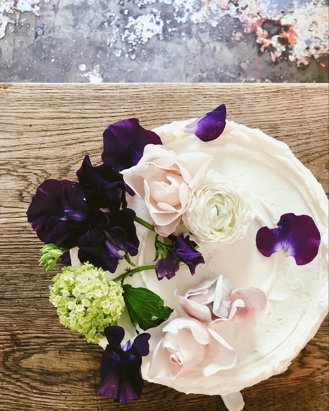 Purple Sweet Peas by  @violetcakeslondon