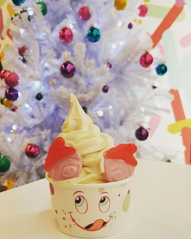 Come and check out our festive flavors this holiday season. Our old favorite Mince Pie is back, amongst others, for a limited time only! Top it off with some Santa Percy Pigs for that extra festive touch! ☃️🎁🎅🏼 #doyouwannabuildafroman? #spoonstreet