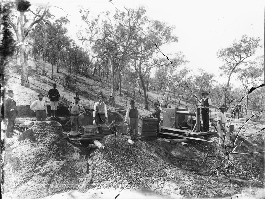 Gold_panning,_Australia,_1900.jpg