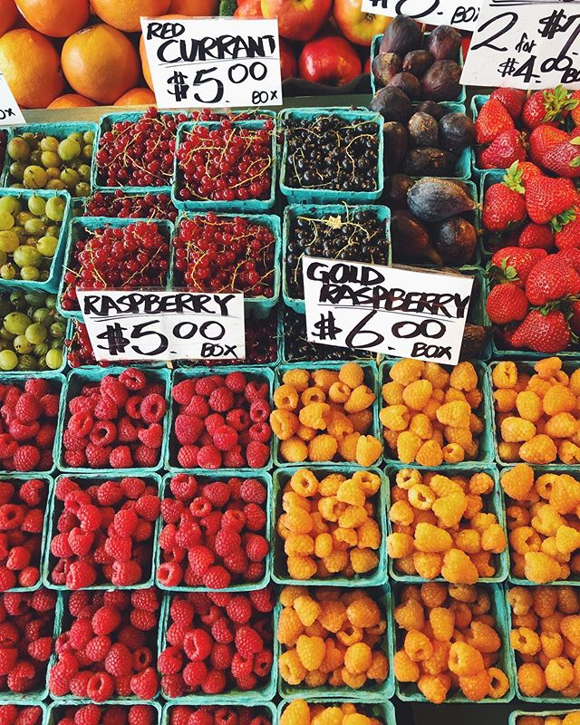 Whoever writes the signs at the market, can I hire you to make a font? #designerproblems #fontsinthewild #vsco #VSCOc #freshproduce #fruits #berries #summerfruit #farmersmarket