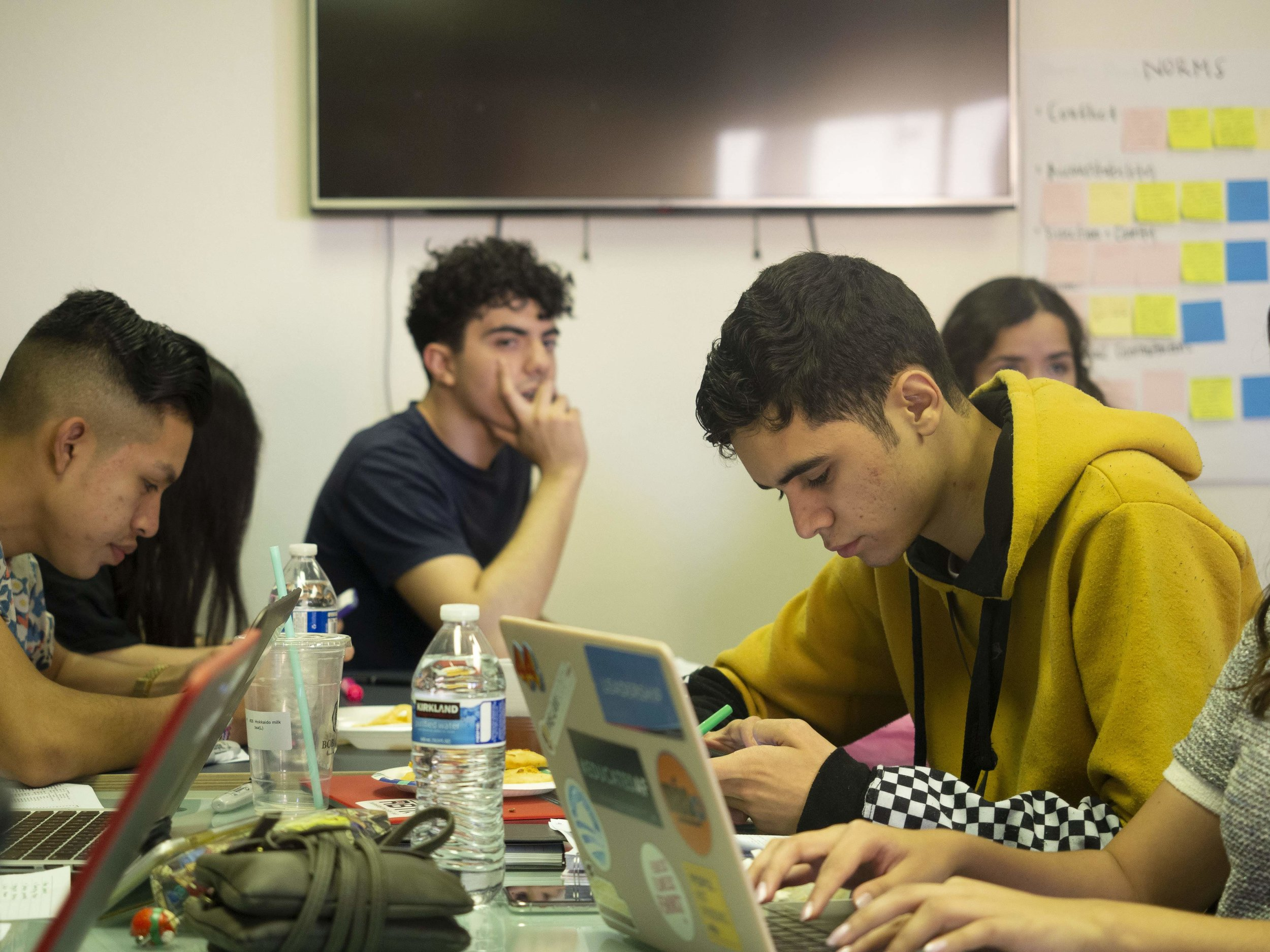 Saul working along side the Fellows at Aliento.