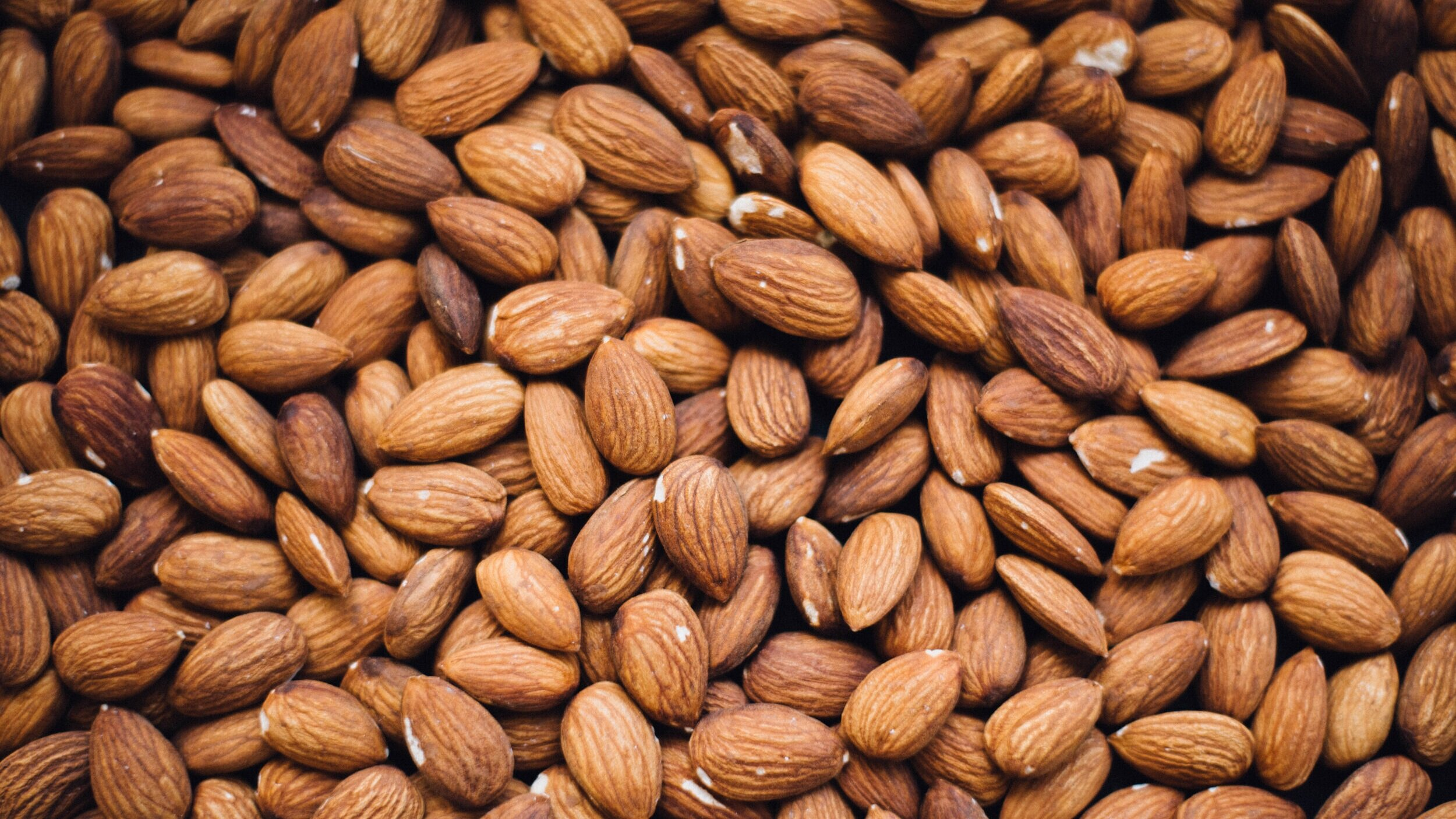 almonds-healthy-snacks-for-traveling