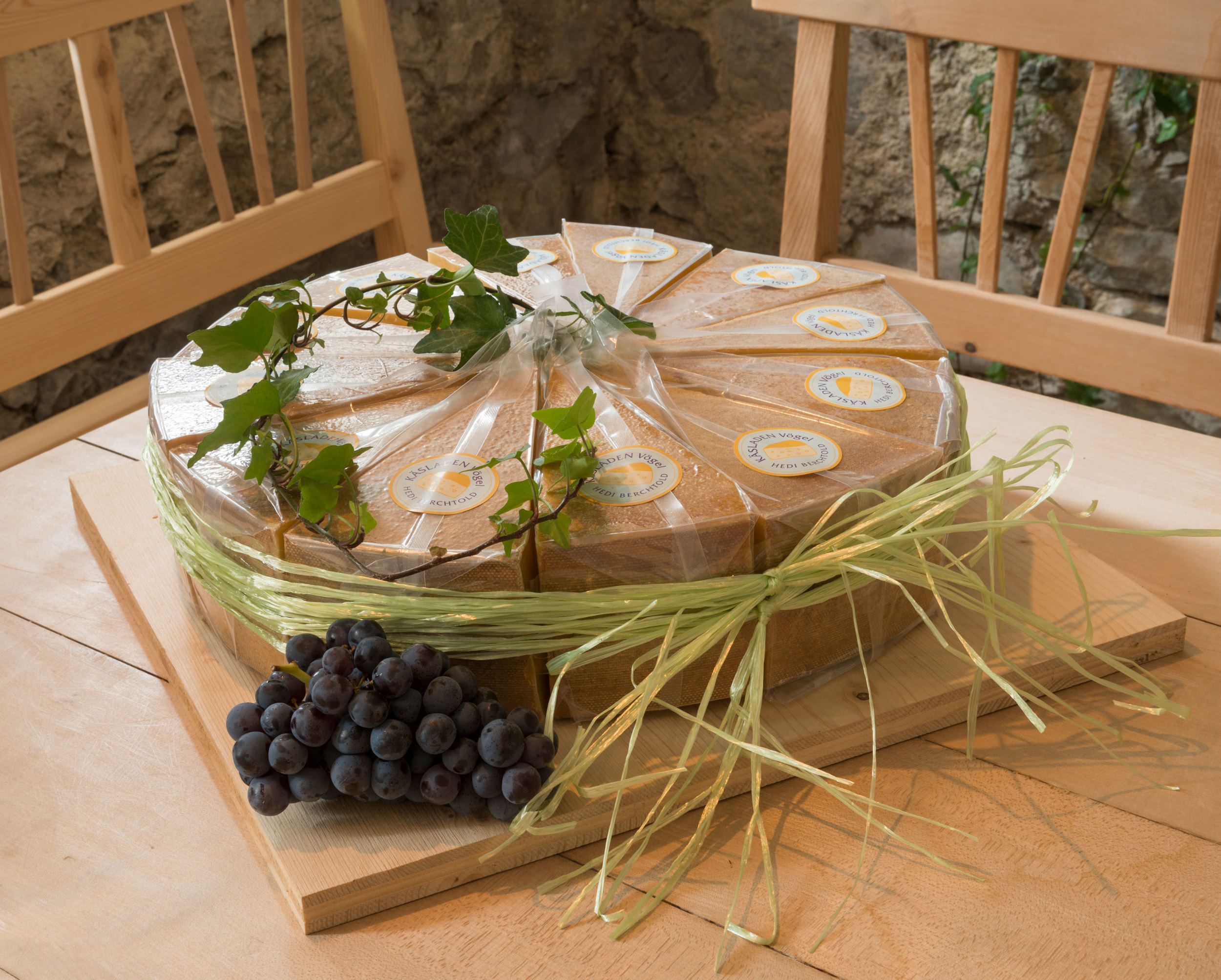 Ein ganzer Käselaib in einige Stück geschnitten –jedes für sich vakuumverpackt – und wieder in die runde Ursprungsform gebracht.Das perfekte Geschenk!