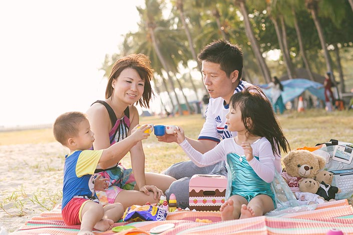Outdoor-family-photoshoot-at-east-coast-park-023.jpg
