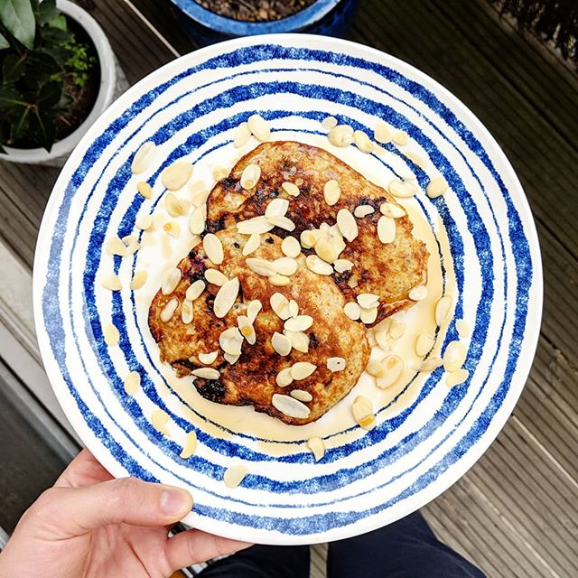 // Gluten Free Pancake Fix . 2 mashed bananas 2 large free-range eggs 2 tbsp ground flaxseeds 2 tbsp ground almonds 2 handfuls of fresh blueberries Coconut oil for the pan To serve: Almond flakes (optional) Maple syrup (non negotiable 😉) . Mix up the banana and egg then stir in the flaxseeds, almonds and berries and you're good to fry. A plate packed with antioxidants and heart-healthy fats without the bloating flour. . Note: be patient before flipping. Good things are worth the wait! . Credit where it's due: @mindfulchefuk. . #yourdailyfix #pancakedayeveryday #brunchtime #glutenfree