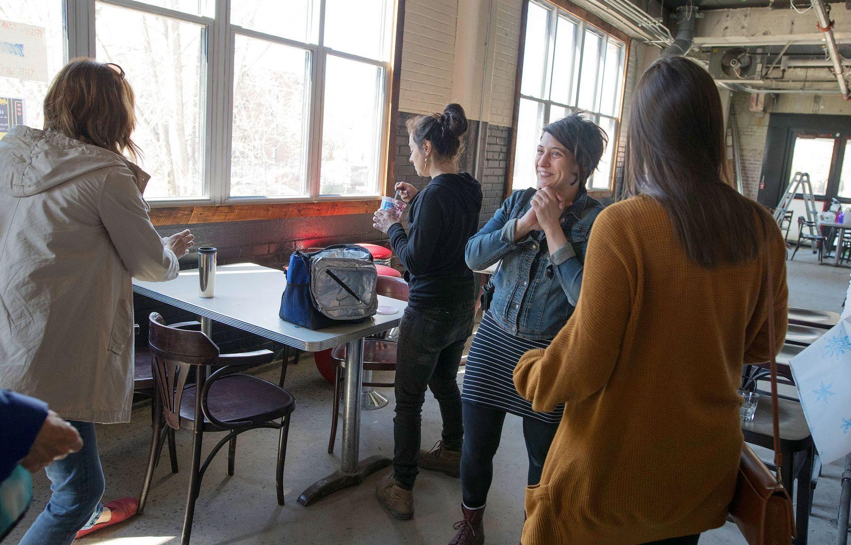 Judith Cayer, deuxième à droite sur la photo, faisait visiter le Bâtiment 7 durant la grande ouverture du projet. Crédit Photo : Le Devoir