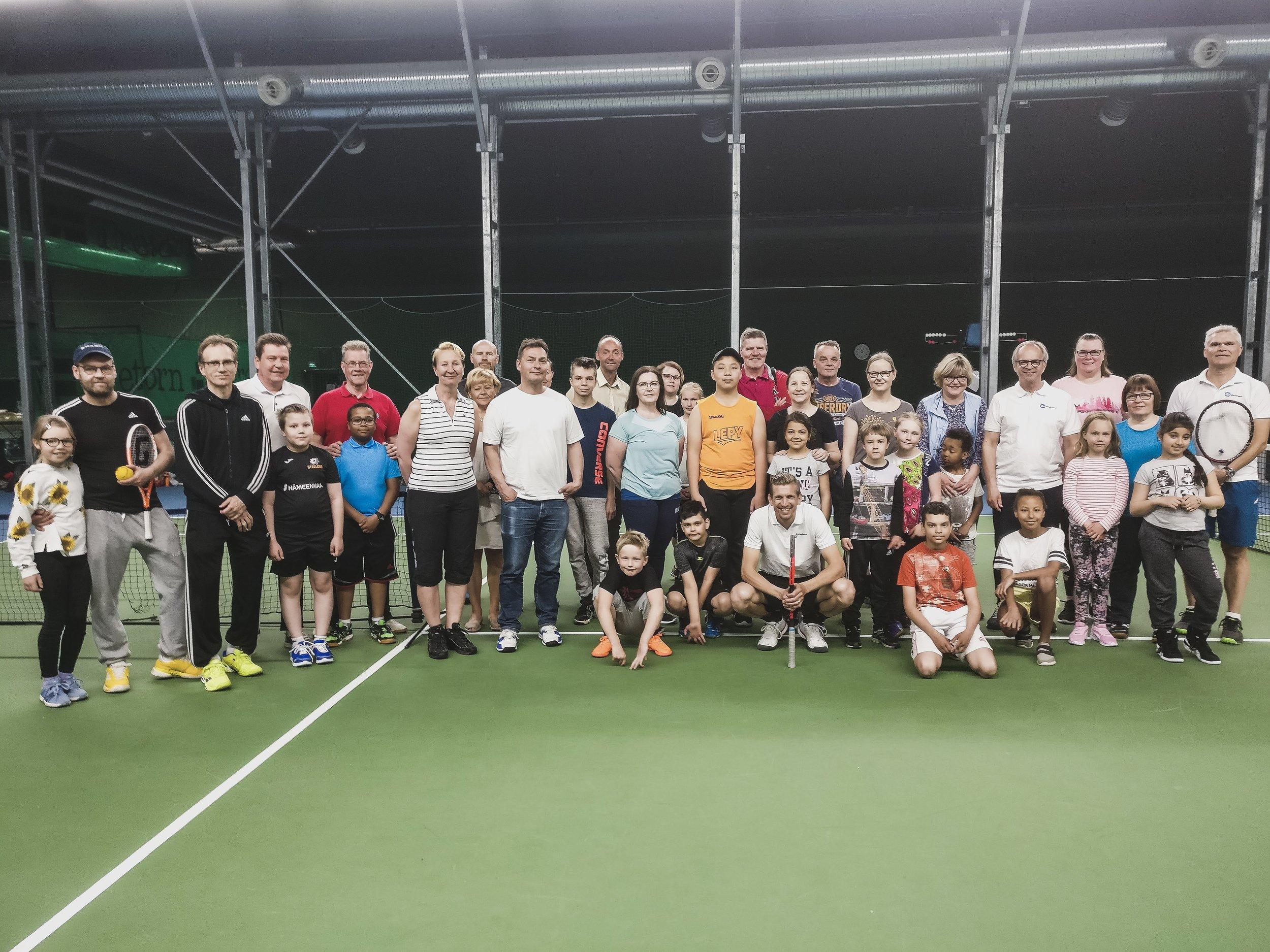 OmaKamun tennistapahtuma lapsille, nuorille ja aikuiskavereille. Ohjaamassa Jarkko Nieminen.