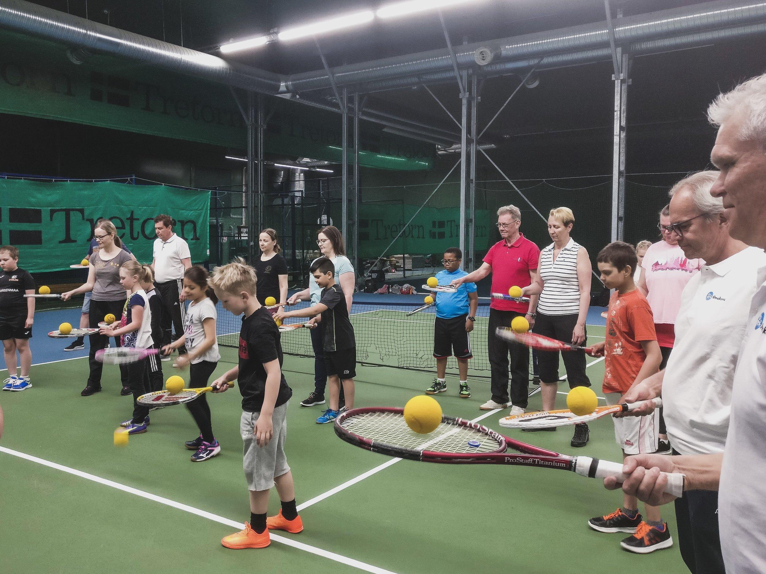 OmaKamun tennistapahtuma lapsille, nuorille ja aikuiskavereille. Ohjaamassa Jarkko Nieminen. Tukihenkilötoiminta ja vapaaehtoistyö.