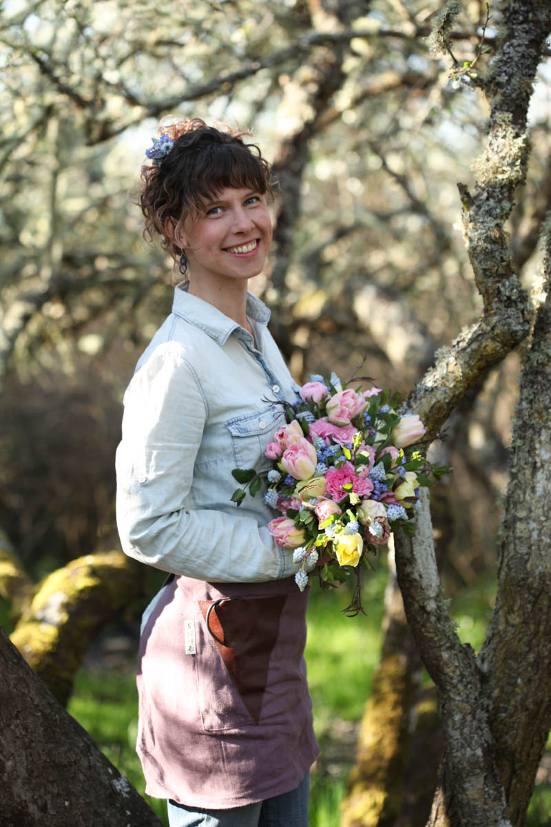 About - Lindsey Cummins is the owner and farmer florist of Dancing Flower Farm. Her passion for flowers lies in seasonal blooms and vintage inspired pieces.