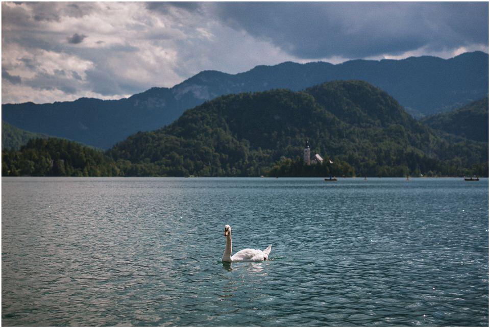 03 poroka bled otok porocni fotograf grega nika jezero maticni urad blejsko jezero pletna  (12).jpg