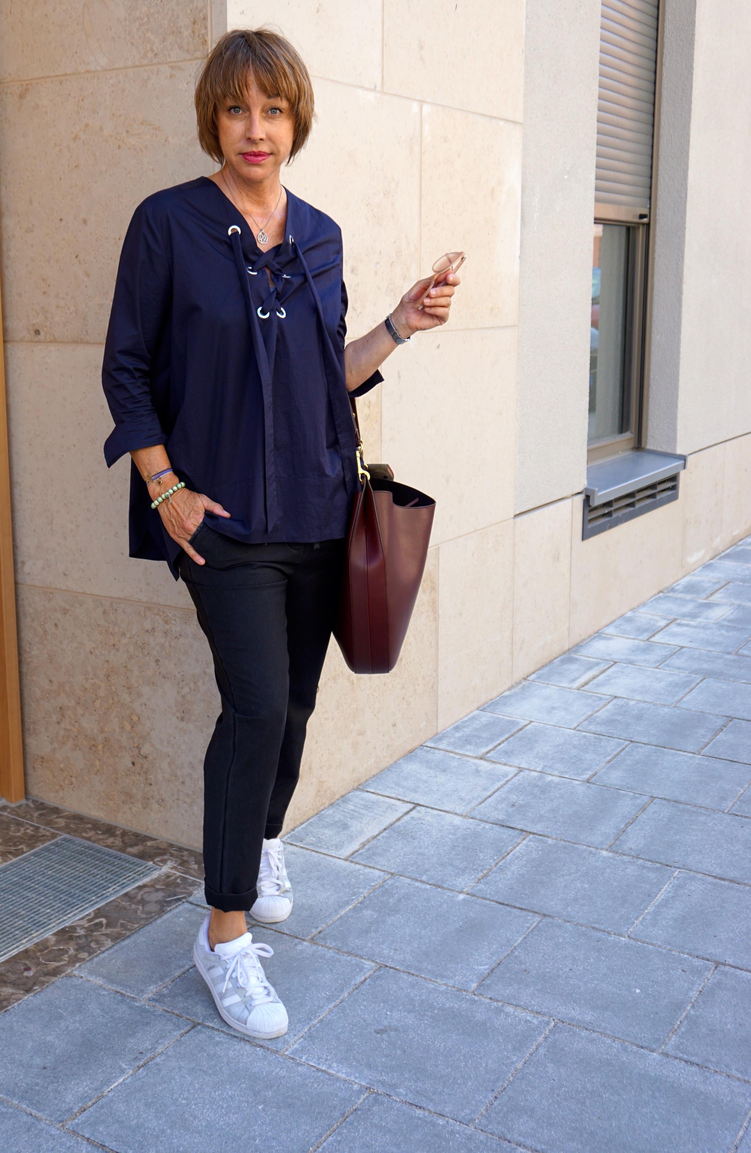 Bluse: Zara, Hose Myths, Tasche: Celine, Tuch: Sarti, Schuhe: Adidas