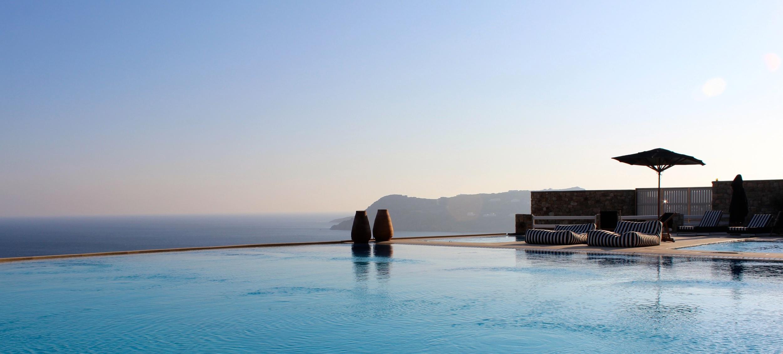 Infinity Pool mit Blick auf die Bucht Myconia Villa Collection Griechenland Mykonos Hotelbeschreibung Tipps für Mykonos Blog für Frauen über 40 und über 50. BeFifty Blog für Frauen über 40 und 50. Reisetipps Griechenland.