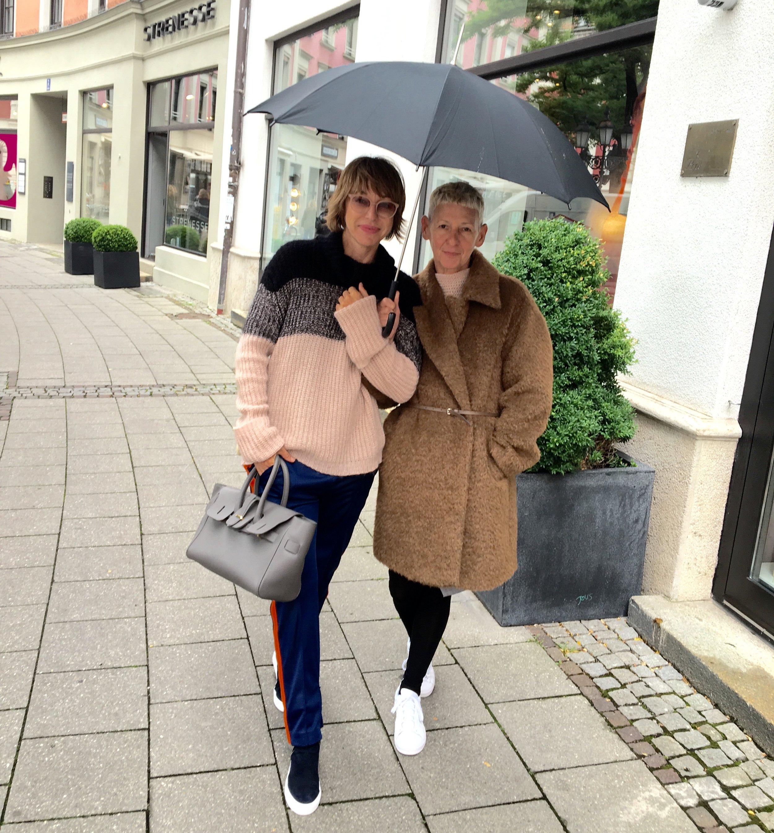 Looks: Mischa (links): Pulli lala Berlin, Hose MSGM, Schuhe Billi Bi , Tasche Golden Goose    Uschi vom Slips Fashion in München (rechts): Mantel MSGM. Danke Uschi für's Modeln und für Dein tolles Gespür für Mode und Looks.