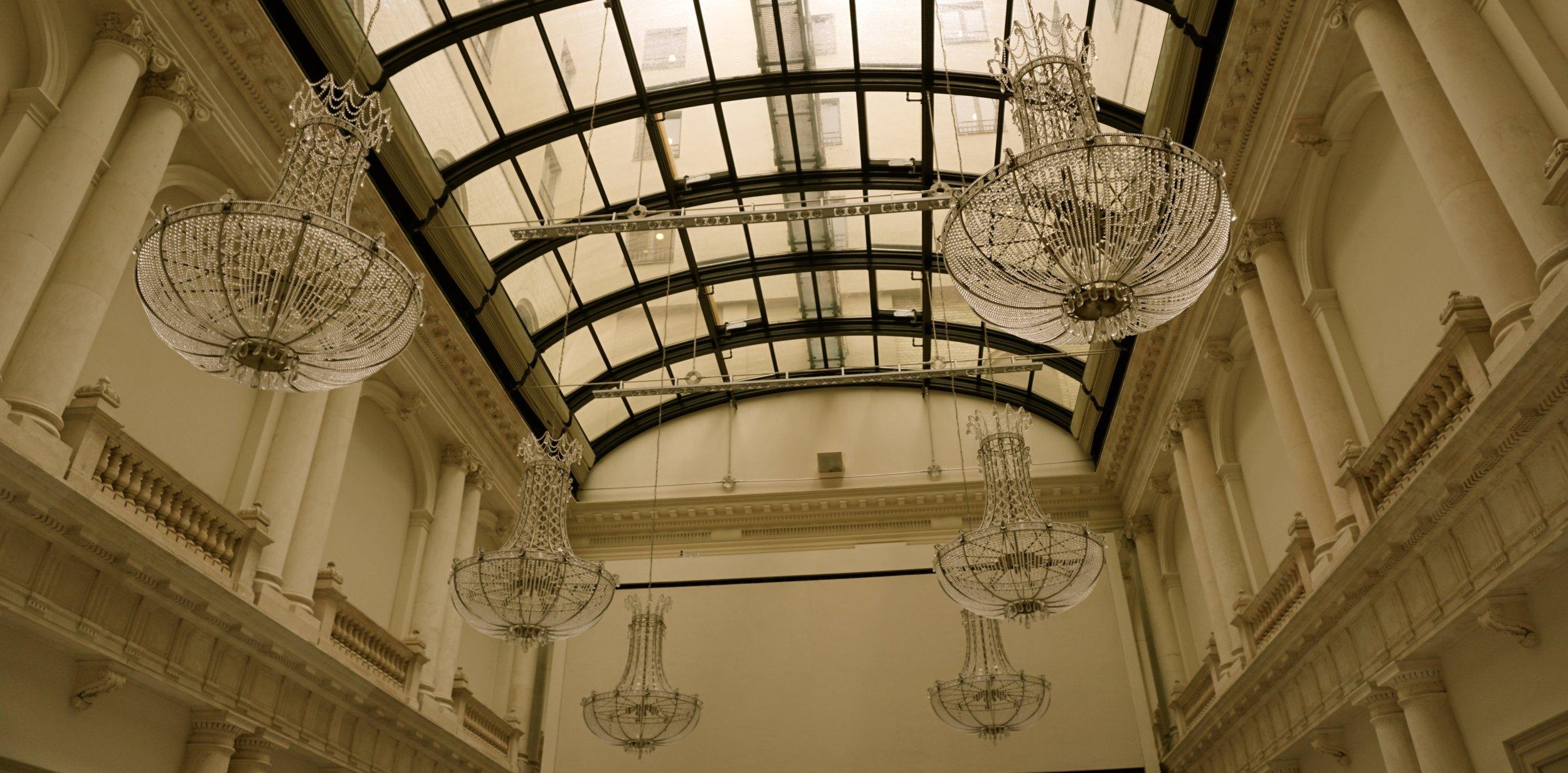 Der historische Ballsaal aus dem 19. Jahrhundert. In der ehemaligen Schalterhalle wird heute getagt und gefeiert. Bis zu zehn Meter Deckenhöhe, Glasdach und original Mosaikboden aus dem 19. Jahrhundert.